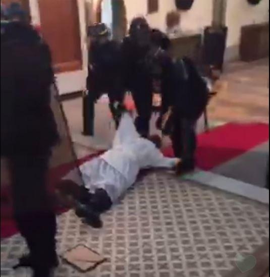 La police évacue violemment l'église Sainte-Rita à Paris, en pleine messe!