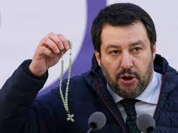 Italie – Salvini avec rosaire et Évangile aux évêque pro-migrants:  «l'Évangile ne dit pas qu'il faut accueillir tout le monde»