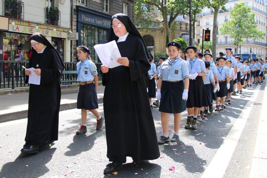Magnifique procession de la Fête Dieu 2018 à Paris