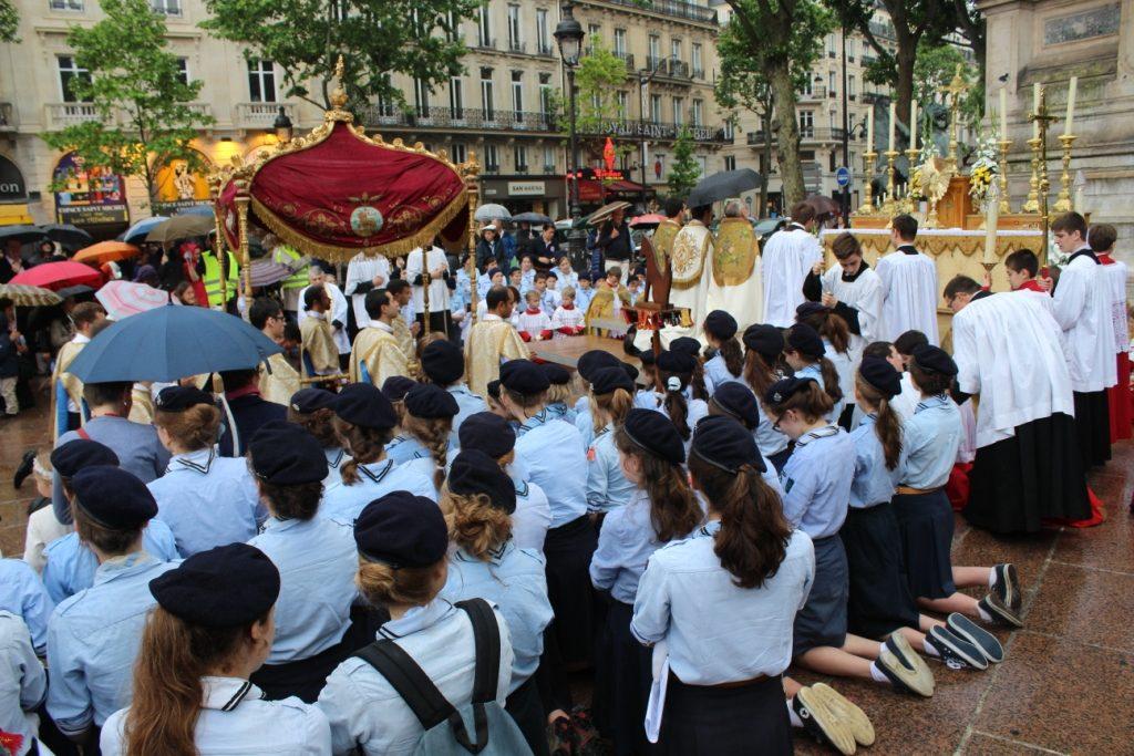 Procession de la Fête Dieu dans les rues de Paris