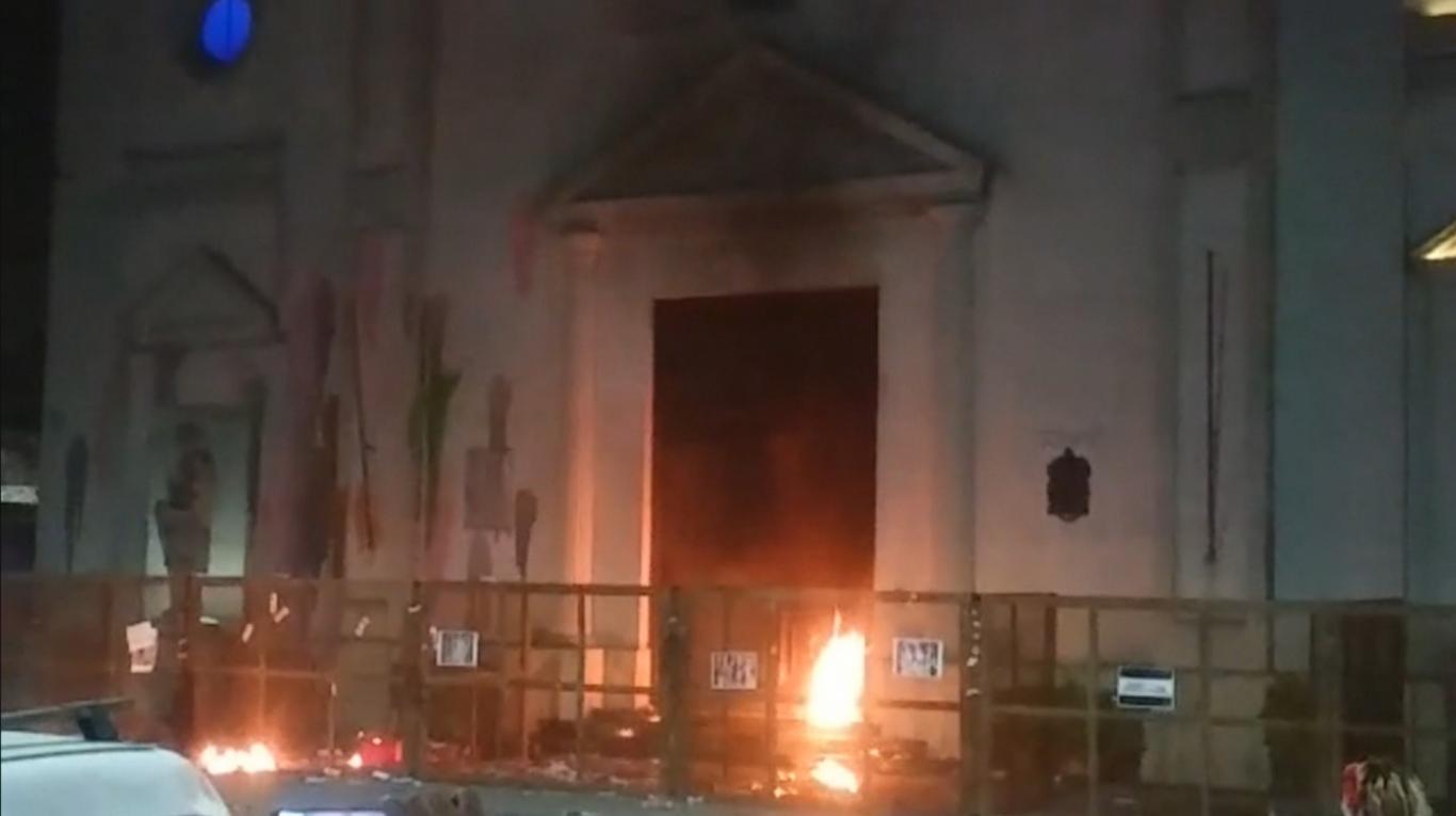 Argentine – Des furies féministes et antichrétiennes assiègent la cathédrale et tentent de l'incendier
