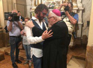 L'évêque Zenti embrasse son prêtre diocésain qui «épouse» son partenaire homosexuel!