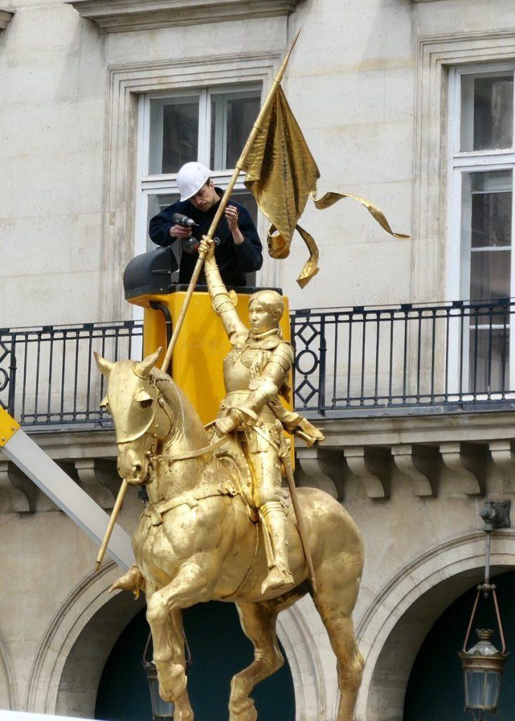 L'étendard de la statue équestre de sainte Jeanne d'Arc est en réparation