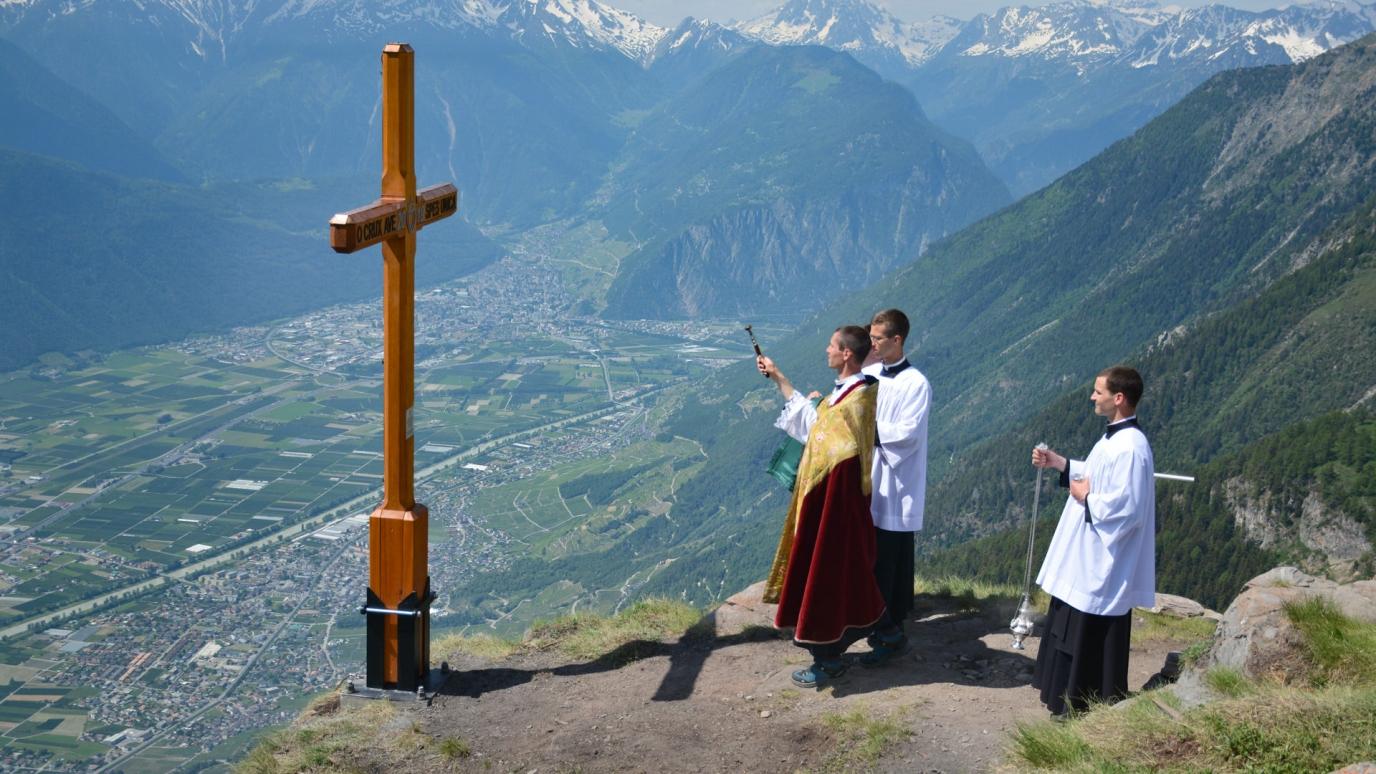 Des séminaristes érigent une Croix au sommet de la Grand-Garde en mémoire de trois des leurs disparus il y a dix ans lors d'un accident de montagne