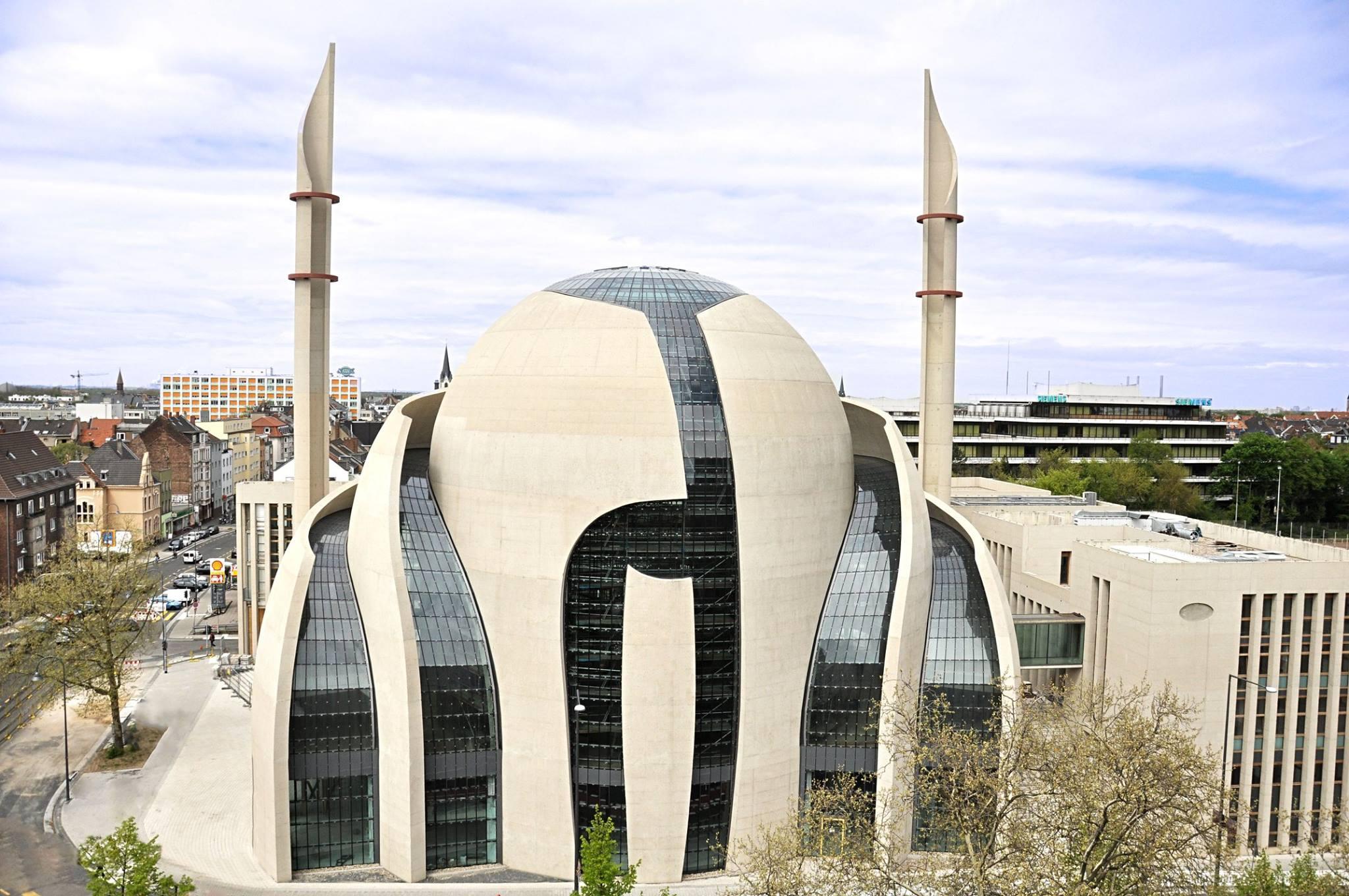 Allemagne soumise à l'islam et aux Lgbtqi : mosquée sur le maillot de foot rose fuchsia