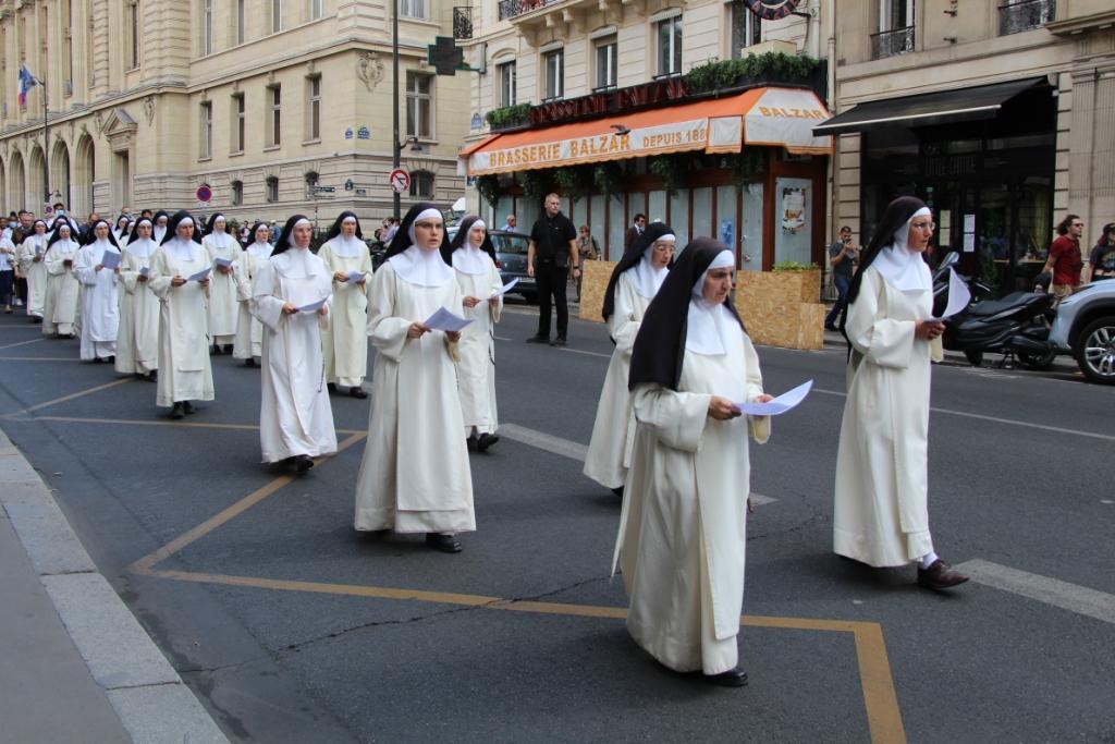 Procession solennelle du 15 août dans les rues désertes de Paris