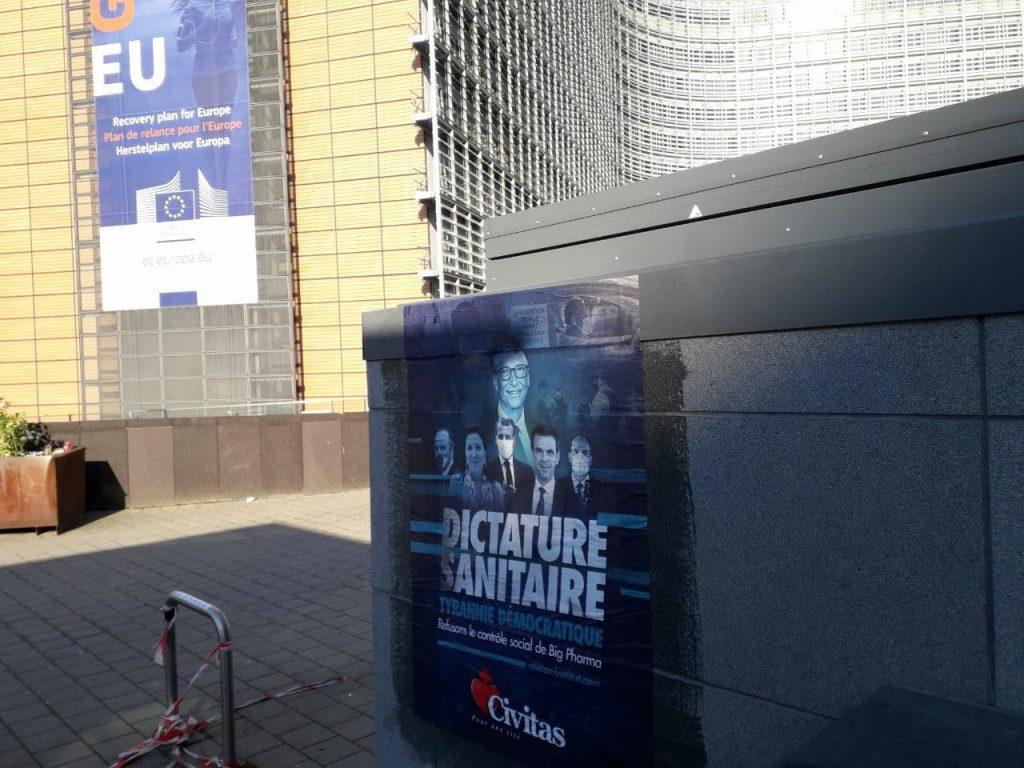Affichage Civitas contre la dictature sanitaire autour de la Commission européenne
