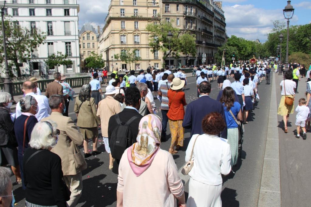 Magnifique procession de la Fête Dieu à Paris