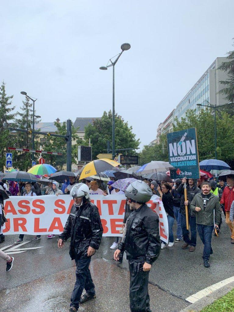A Annecy, la foule sous la pluie pour crier non au passe sanitaire de Macron