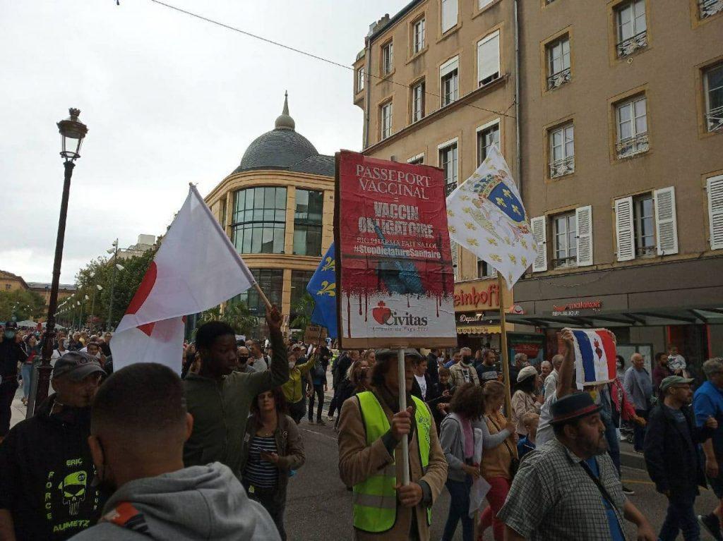 Metz défile pour dire non au pass sanitaire et à un régime tyrannique qui voudrait imposer la vaccination obligatoire