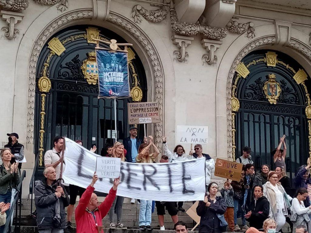 Vichy manifeste contre le passe sanitaire